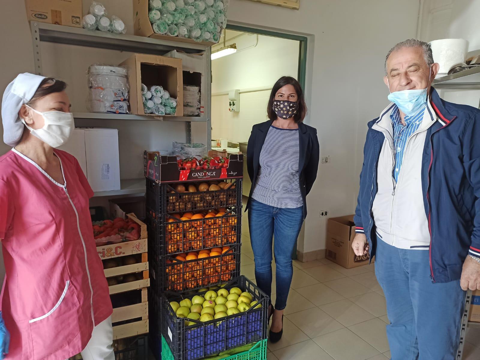 Donazione di due quintali di frutta e verdura alla casa di riposo di Atri (Te) da parte dell'avvocato Giulia Palestini, presidente dell'Assemblea dei portatori di interesse dell'Asp 2